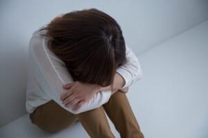落ち込む女性 トラブル
